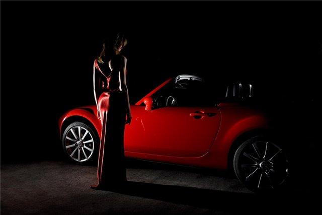 Автомобильный тур по Европе с женщинами в красном в поддержку борьбы с ВИЧ