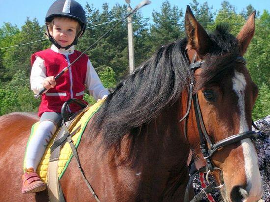 Сесть на лошадь ребенку с ДЦП поможет аэрокостюм
