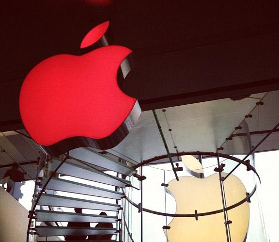 Во всемирный день борьбы со СПИД Apple окрасили в красный цвет