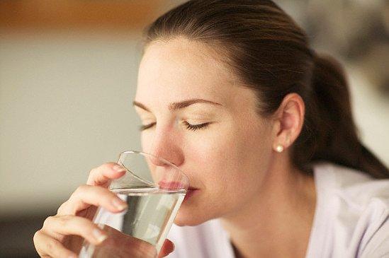 Американскими дерматологами был развеян миф о 8-ми стаканах воды