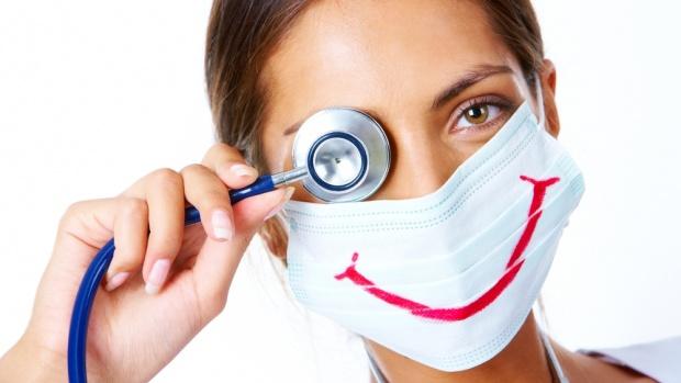 При первых признаках простуды следует незамедлительно записаться к врачу