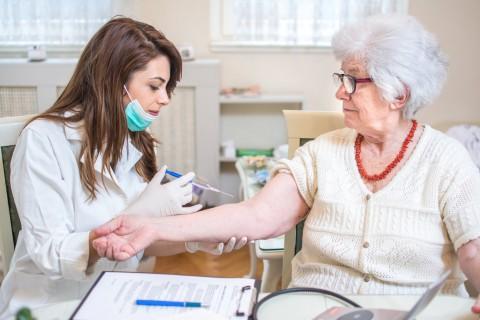 Нужно ли пенсионерам прививаться от гриппа?
