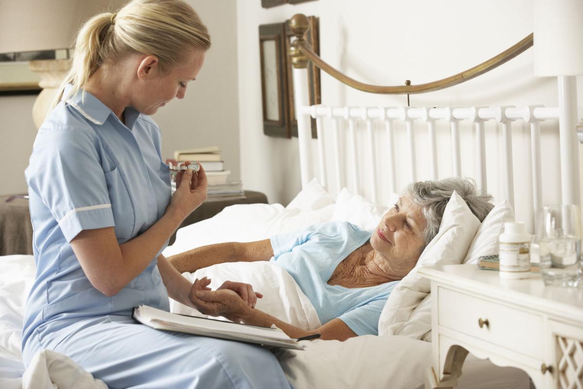Сиделки от патронажной службы «Надёжная опора»: заботливые руки и чуткие сердца