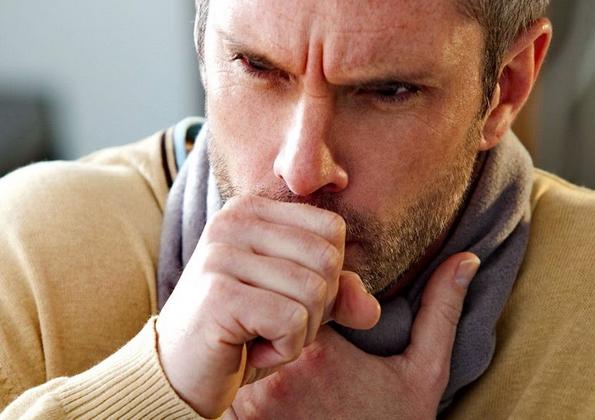 Почему пневмонию можно легко спутать с простудой и чем опасно переносить ее на ногах