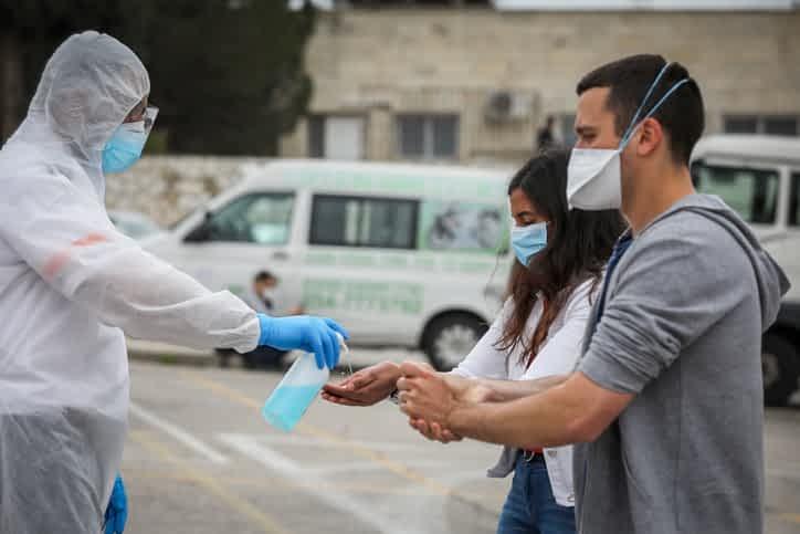 Названы привычки, препятствующие распространению бактерий и вирусов
