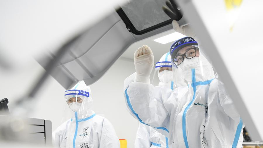 Вирусологи: COVID-19 мутирует и становится более заразным