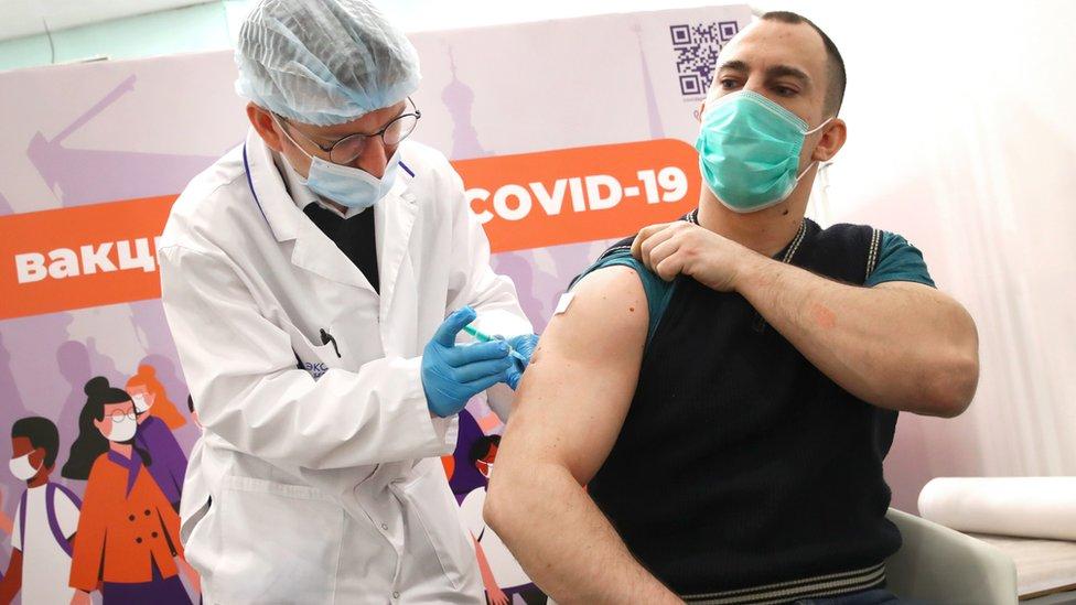 Стало известно, как вакцинация влияет на мутацию коронавируса